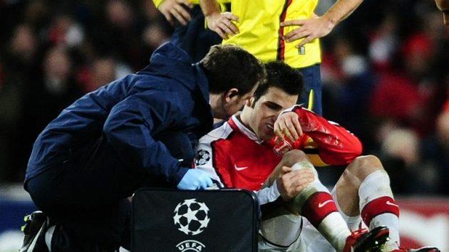 Zraněného Fábregase ošetřuje klubový lékař.
