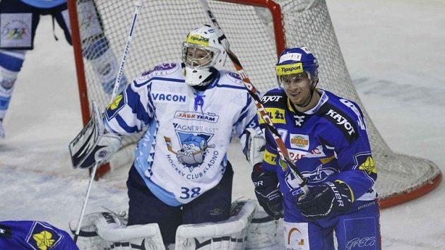 Jozef Balej z Brna (vpravo) oslavuje jednu ze svých branek proti Kladnu. Po utkání mu ale do smíchu nebylo, Kometa nepostoupila do play-off.