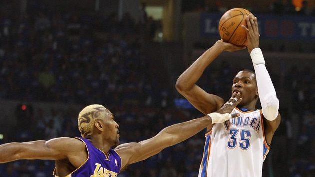 Kevin Durant (vpravo) z Oklahomy v zápase proti Lakers.