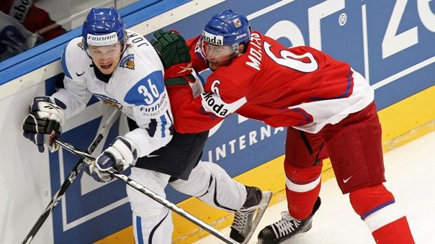 Tomáš Mojžíš bojuje u mantinelu s Jussi Jokinenem z Finska.