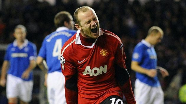 Wayne Rooney z Manchesteru United (vpravo) jásá nad parádní trefou.
