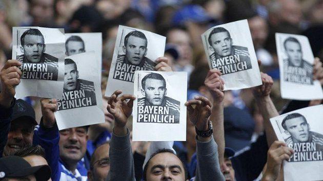 Fanoušci Schalke nemohou Manulovi Neuerovi přestup do Bayernu jen tak odpustit.