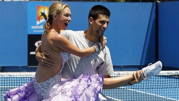 Srbský tenista Novak Djokovič tancuje s Kim Johnsonovou.