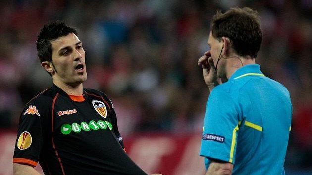 Hvězda Valencie David Villa diskutuje s rozhodčím