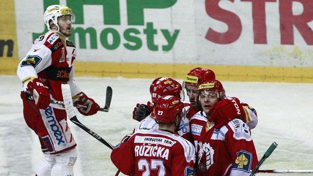 Hokejisté Třince se radují po brance, kterou vstřelili do slávistické sítě.