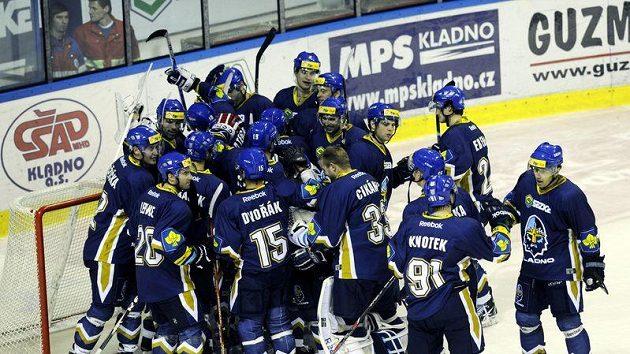 Hokejisté Kladna oslavují vítězství.