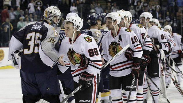 Hokejisté Chicaga a Nashvillu si podávají ruce po postupu Blackhawks v play off