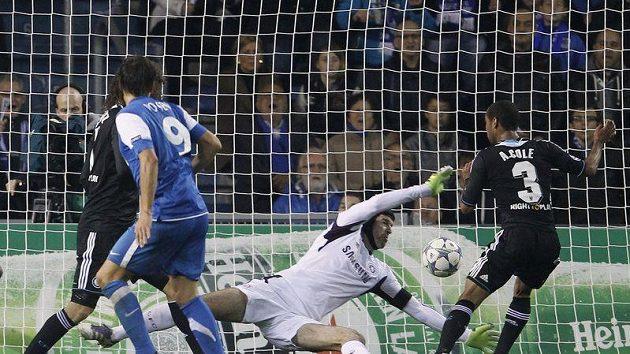Jelle Vossen z Genku překonává brankáře Chelsea Petra Čecha v utkání Ligy mistrů.
