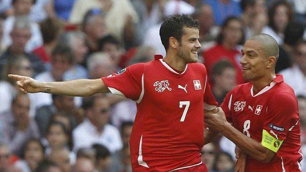 Švýcarský střelec Tranquillo Barnetta (vlevo) jásá nad gólem, blahopřeje mu Goekhan Inler.