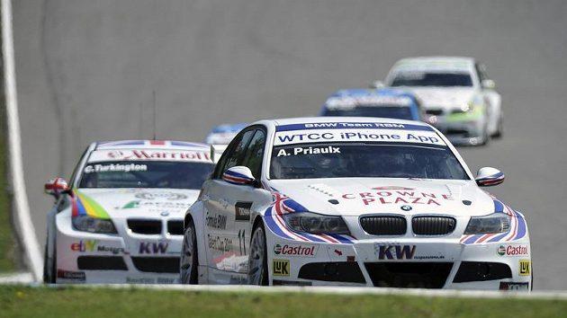 Druhý závod Mistrovství světa cestovních vozů 1. srpna v Brně. Vpředu vítězné BMW 320si s Britem Andym Priaulxem, následované druhým Britem Colinem Turkingtonem na stejném voze.
