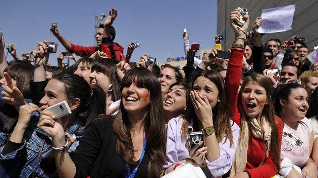 Fanoušci vítají před hotelem fotbalisty Španělska, kteří přicestovali do Granady na páteční kvalifikační utkání ME s Českou republikou.