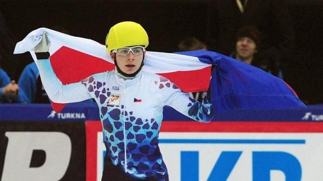 Rychlobruslařka Kateřina Novotná se raduje s českou vlajkou ze zlata na ME ve víceboji.