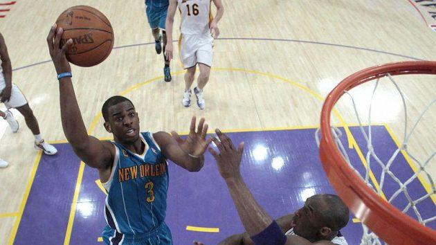 V dresu Hornets famózně zahrál rozehrávač Chris Paul (vlevo).