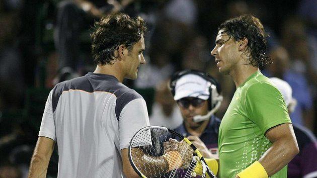 Roger Federer (vlevo) gratuluje Rafaelu Nadalovi k výhře ve vzájemném zápase na turnaji v Miami.