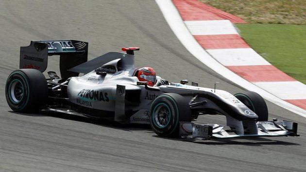 Michael Schumacher s vozem Mercedes při Velké ceně Turecka v Istanbulu.