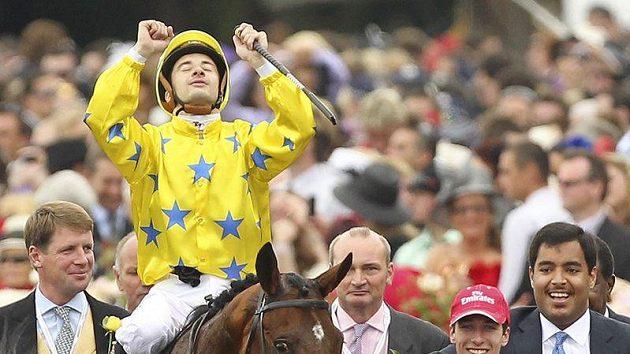 Francouzský žokej Christophe Lemaire se raduje z vítězství v Melbourne.