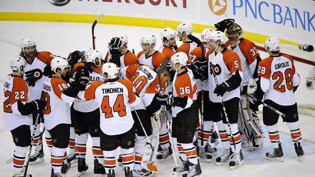 Hokejisté Philadelphie se radují z postupu do druhého kola play-off.