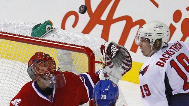 Brankář Montrealu Jaroslav Halák zasahuje před Bäckströmem z Washingtonu