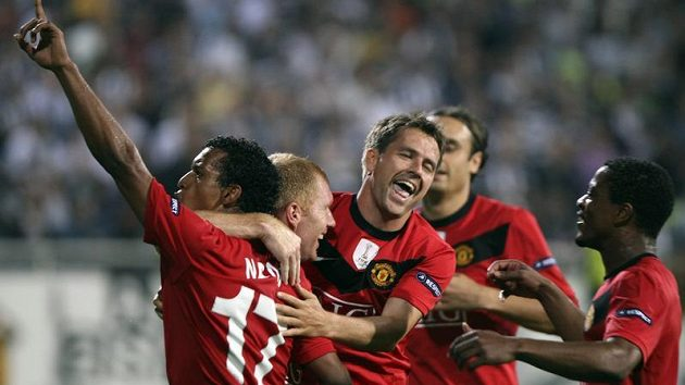 Fotbalisté Manchesteru United se radují z branky.