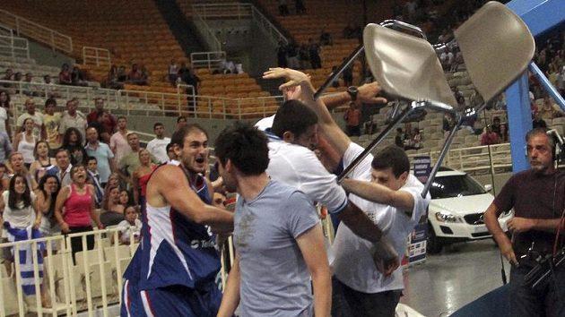 Nenad Krstič (vlevo) v potyčce v přátelském zápase basketbalistů Srbska a Řecka v Aténách.
