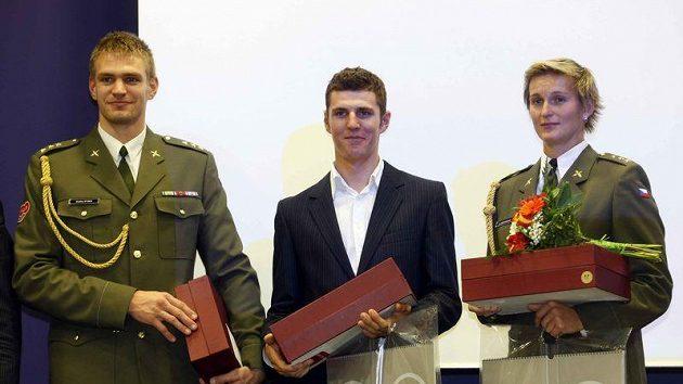 Ondřej Synek (zleva), Jaroslav Kulhavý a Barbora Špotáková při dekorování nejlepších armádních sportovců roku.