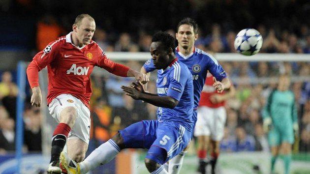 Útočník Manchesteru United Wayne Rooney (vlevo) v souboji s Michaelem Essienem z Chelsea.