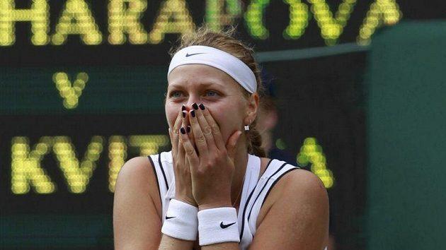 Petra Kvitová jako by nemohla uvěřit té krásné wimbledonské pohádce... Rusku Šarapovovou porazila a nejslavnější turnaj vyhrála.
