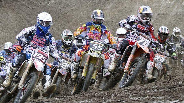 Start třídy MX2 při Grand Prix České republiky v Lokti.