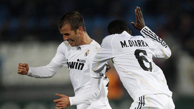 Rafael Van der Vaart (vlevo) oslavuje s Mahamadouem Diarrou gól Realu Madrid v utkání s Almerií.