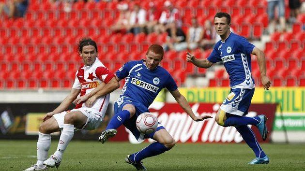 Marcel Gecov ještě v dresu Liberce si kryje míč před Karolem Kiselem ze Slavie.
