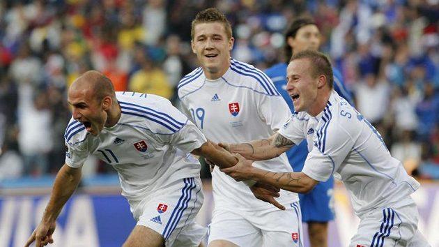 Sparťan Juraj Kucka (uprostřed) sleduje radostný úprk Róberta Vitteka (vlevo) a Miroslava Stocha po gólu do sítě Italů.