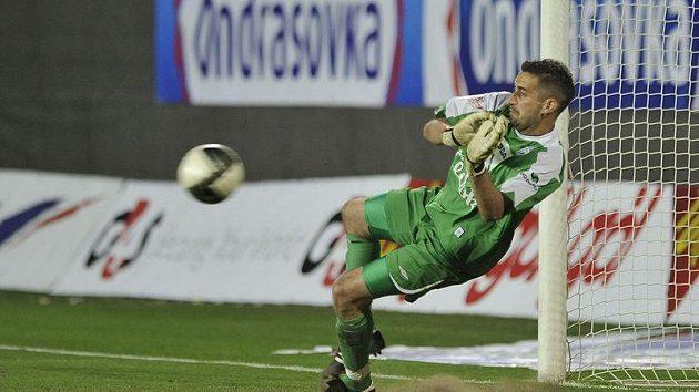 Brankář Mladé Boleslavi Miroslav Miller vyráží jeden z pokusů olomouckých fotbalistů ve finále Ondrášovka Cupu.
