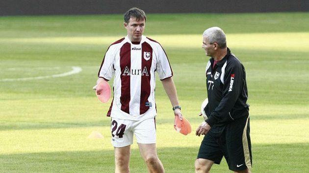 Trenér fotbalistů Sarajeva Jiří Plíšek s asistentem na tréninku