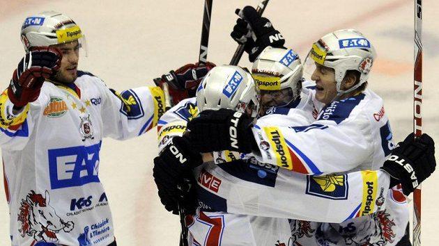 Hokejisté Pardubic oslavují gól. Ilustrační foto.