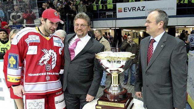 Kapitín Třince Radek Bonk (vlevo) se podobně jako jeho spoluhráči Prezidentského poháru nedotkl.