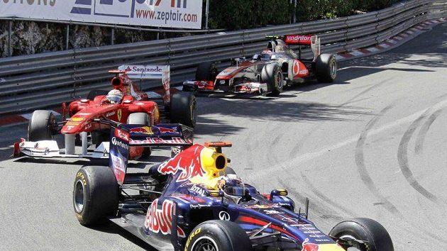 Sebastian Vettel v čele Velké ceny Monaka před Fernandem Alonsem a Jensonem Buttonem.