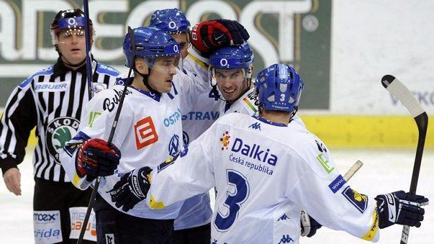 Hokejisté Vítkovic se radují z branky do sítě Sparty.