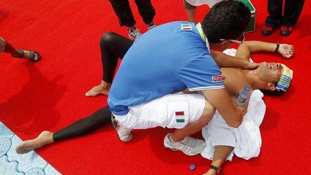 Jednou z obětí extrémně teplé vody při závodu na 25 km byl Ital Edoardo Stochino, který odstoupil totálně vyčerpaný.