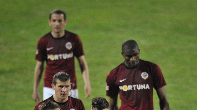 Fotbalisté Sparty opouštějí jablonecký trávník po prohře 1:2.