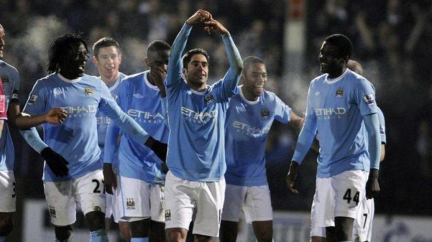Fotbalisté Manchesteru City se radují z branky.