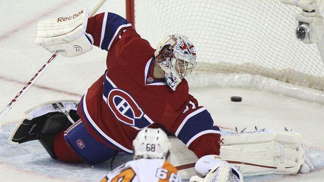 Jaromír Jágr z Philadelphie dává gól Carey Priceovi z Montrealu.