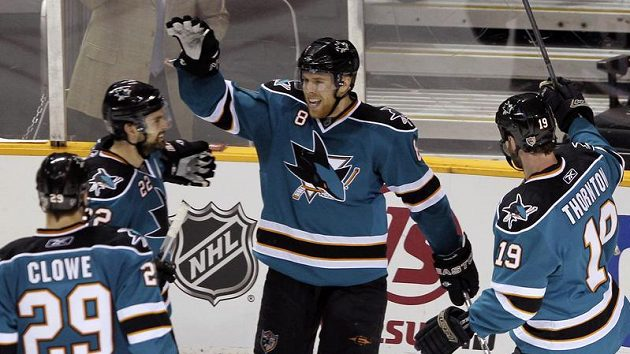 Joe Pavelski (uprostřed) oslavuje se spoluhráči ze San Jose vstřelenou branku v duelu s Detroitem.