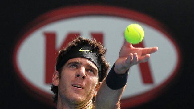 Juan Martin del Potro servíruje na turnaji v Melbourne.