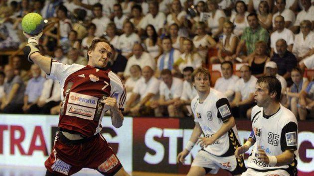 Zdeněk Polášek z Dukly Praha (vlevo) útočí v utkání s Lovosicemi - ilustrační foto.