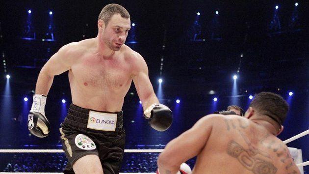 Ukrajinský boxer Vitalij Kličko (vlevo) knokautuje Kubánce Odlaniera Solíse.