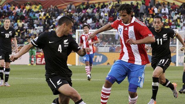 Paraguayec Roque Santa Cruz (vpravo) se snaží obejít Novozélanďana Winstona Reida.