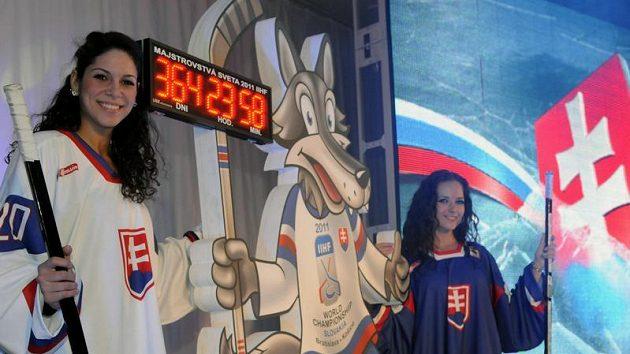 Modelky pózují s maskotem MS v hokeji 2011, které bude hostit Slovensko. Fanoušci dali hokejovému vlkovi jméno Goooly.