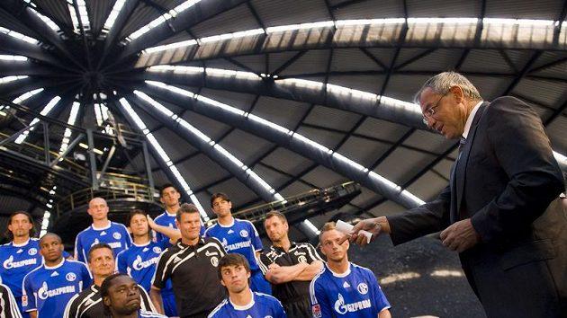 Jan Morávek (spodní řada - druhý zprava) se společně s dalšími fotbalisty Schalke fotí v uhelném dole v Bottropu.