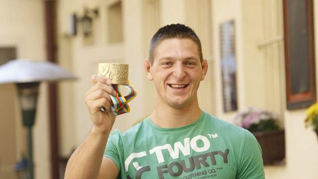 Judista Lukáš Krpálek s bronzovou medailí z mistrovství světa v Paříži.