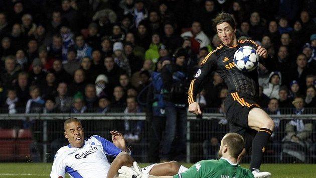 Fernando Torres v dresu Chelsea (vpravo) při neúspěšném pokusu o dopravení míče do branky Kodaně.